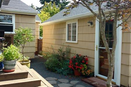 Backyard garden cottage near Alberta Arts District - Lakás