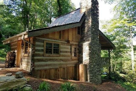 1732 LOG CABIN (Cora's Cathouse) - Fairview