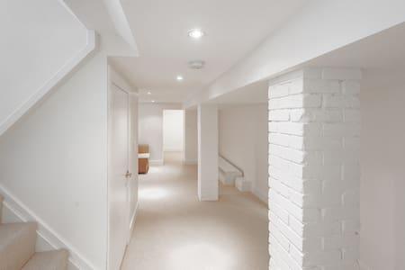 Beautifully renovated basement apt near Ottawa St - Hamilton
