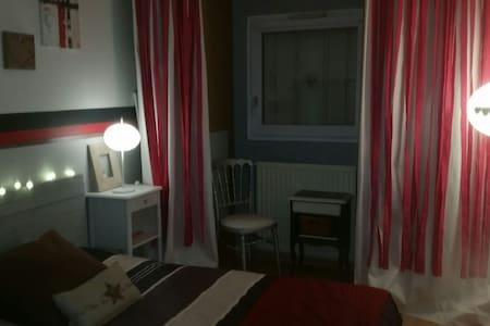 Chambre privée ds appart chaleureux - Jouy-le-Moutier - House