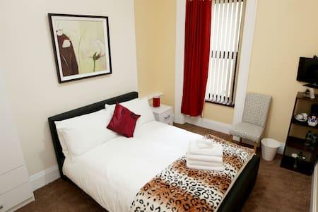 Double room with shared bathroom- Bridge B&B - Londonderry - Bed & Breakfast