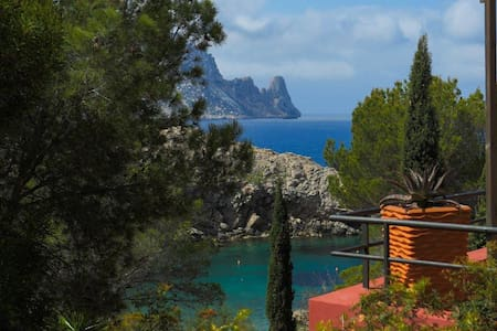 House at 50m to the beach of cala carbo Es vedra - Rekkehus