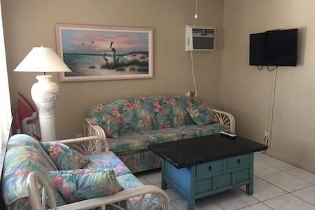 Cozy & Clean, 1/2 Block to Beach - Fort Myers Beach - Apartment