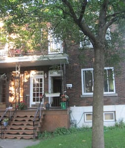 Double bed on Byron next to Metro Snowdon and more - Montreal - House