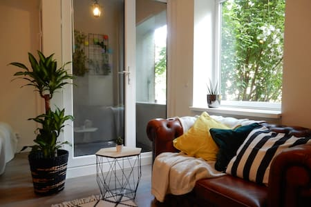 Stylish and comfortable studio apt (free parking) - Wohnung