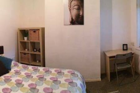 Room to rent- modern shared house - Beeston - Hus