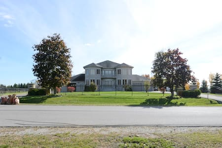 Magnificent Home near Wonderland,Hwy400 (NO PARTY) - Woodbridge