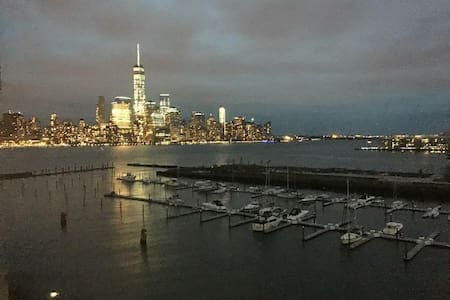 Private room with stunning views & mins from NYC - Jersey City - Wohnung