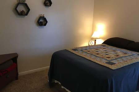 Comfy room and bed with full private bath - College Station - House