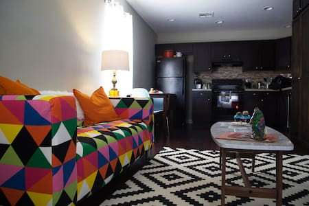 COLORFUL + CLEAN #9, west of Uptown - Apartamento
