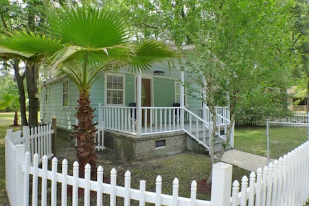 Private Charming Renovated Cottage - Summerville - Maison