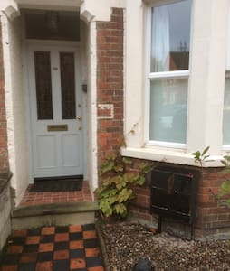 Lovely double bedroom close to city - House