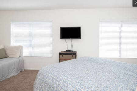 Spacious Private Room w/ Queen Bed by the Beach! - San Diego - Lägenhet