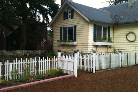Cozy Cottage: near water, short walk to Langley - Ev