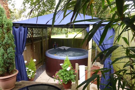 New Forest Log Cabin with Private Hot Tub - Godshill
