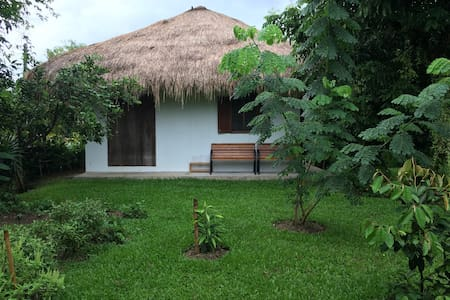 Lalang-roof cottage with 6-bed dorm - Mae Chan - Hus