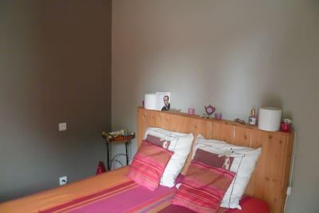 Chambre dans maison calme, proche centre ville - Dom
