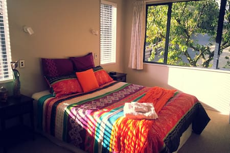Fig Tree B&B,listen to ocean waves! - Papamoa - Bed & Breakfast