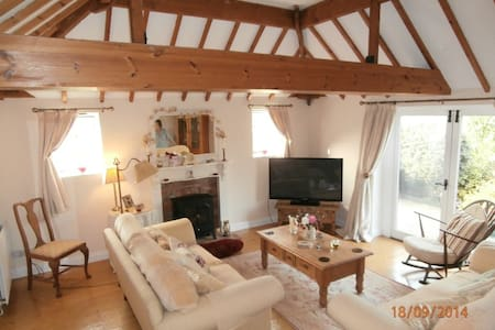 Beautiful and full of character, my sweet single room looks over the rolling countryside of Shropshire. Just a 5 minute drive into the centre of historic shrewsbury, my cottage is in a wonderful location for exploring the countryside.