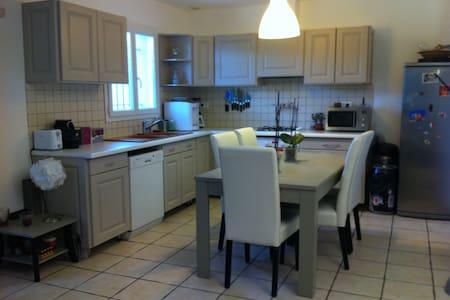 chambre calme et agréable maison proche d'Avignon - Rochefort-du-Gard - Casa