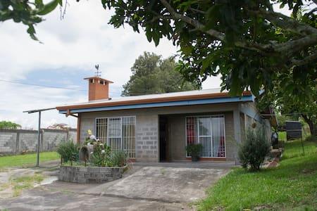 Acojedor alojamiento, cochera, cuartos privados - San Isidro - House