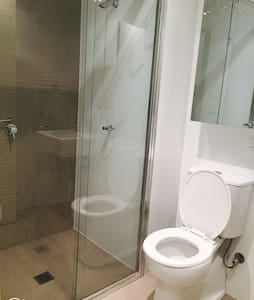 New clean room with your bathroom - Campsie - Bed & Breakfast