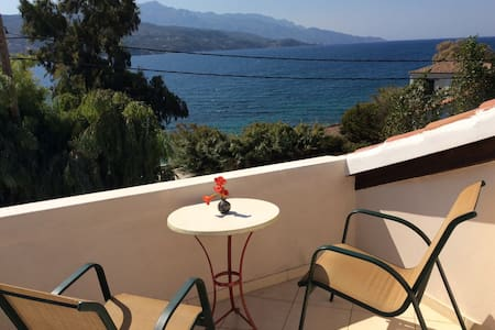 Attic room with large balcony and seaview - Samos - Apartment