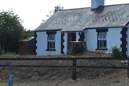 Quaint cottage on grand canal - Sallins - Chatka