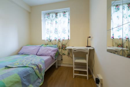 RS05 small double 3 min to Kings X - London - Apartment