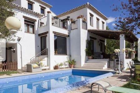 Villa fantástica para disfrutar - House