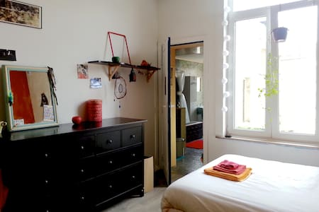 An independent comfortable Room in Ixelles. - Ixelles - House