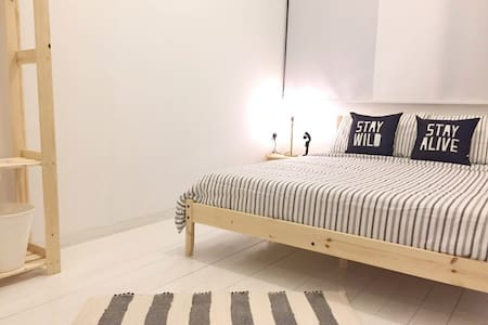 HOMMIE 1934 Std Queen Room 4 with shared bathroom - George Town - Casa
