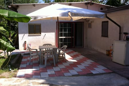 Casetta e giardino, accesso diretto alla spiaggia - Villammare - Rumah