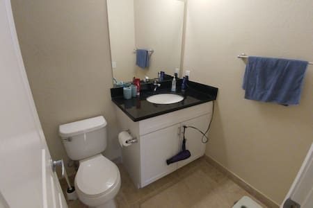 Clean private room with private restroom - Apartment