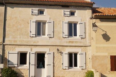 Jolie MAISON   en  pierres , rénovée avec jardinet - House