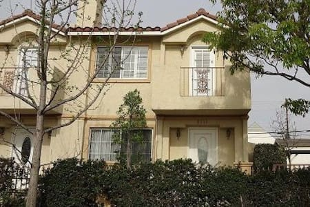 Charming Modern Condominium! - Pico Rivera - Társasház