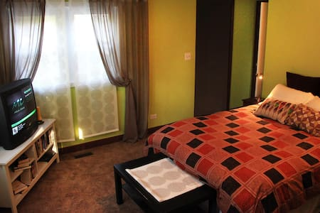 Private Two Bedroom Suite Walk to Food & Fun - Dům