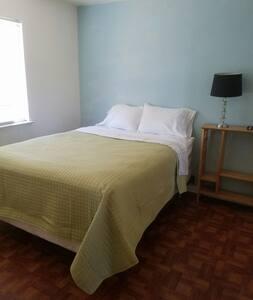 Queen bed upstairs/Mcd - Ház
