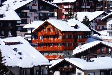 Liebliche Ferienwohnung mit Balkon und Bergsicht - Saas-Fee - Huoneisto