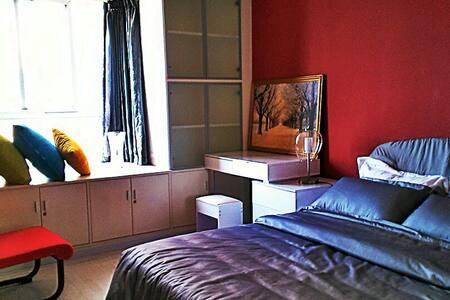 舒适的卧室,全新进口壁纸装修,24小时热水,西三环以里的位置,高端公寓 - Beijing - Apartment