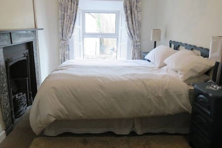 Double bedroom ensuite in Victorian Town House - Clonmel