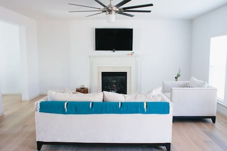 Spacious Sunny Home with California Vibe! - House