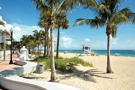 Lauderdale Beach Oceanside Apartment - Fort Lauderdale