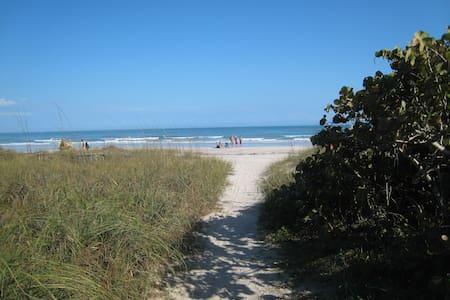 Beautiful Beach Getaway! Steps away from Beach! - Cape Canaveral - Condominium