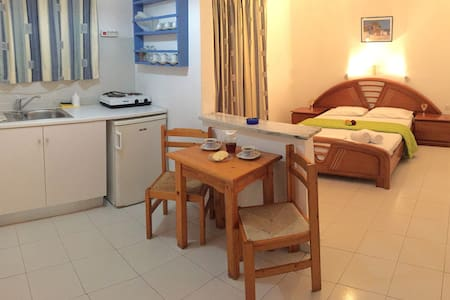 Quiet studio 300 meters from Parikia's old town. - Apartament