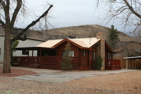 Charming Log Cabin Near Zion - House