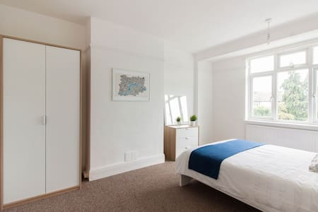 Bright and spacious double room in Barking - Barking - Hus