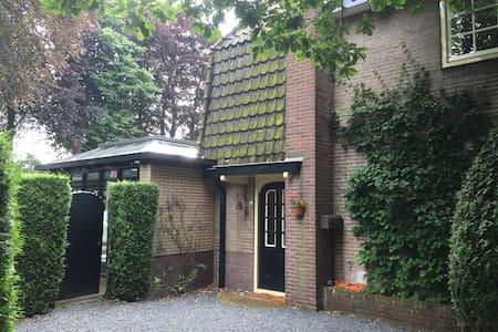 Heerlijke gezinswoning met grote tuin in Laren - Huis