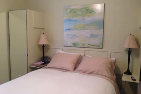 Quiet, Convenient Bedroom Downtown - Toronto - House