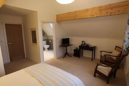 Large double bedroom with en-suite. - Hus